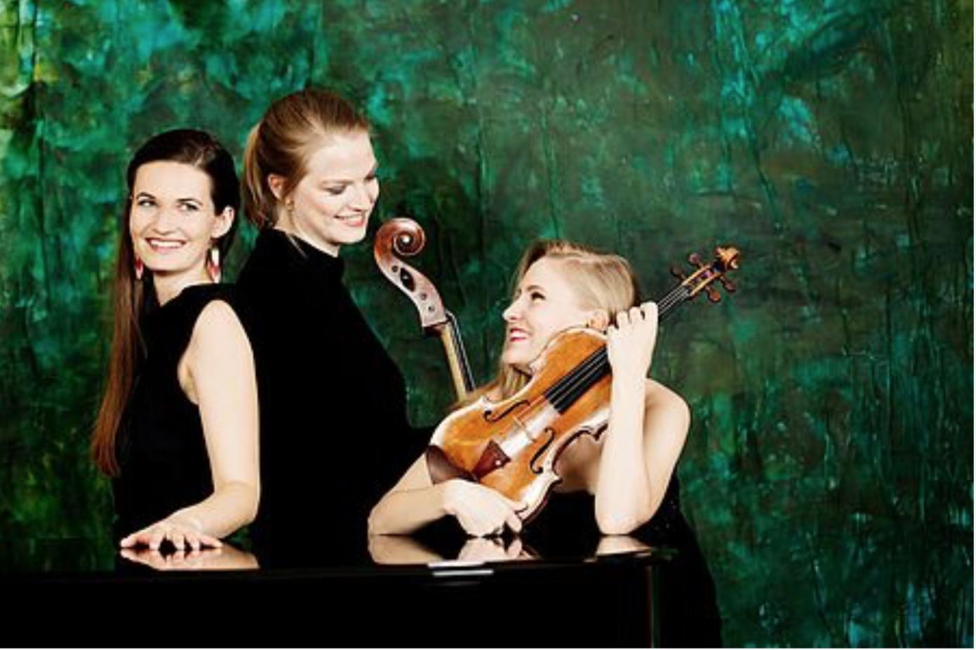 Das Trio Artio: Drei junge Frauen in schwarzen Kleidern mit Musikinstrumenten